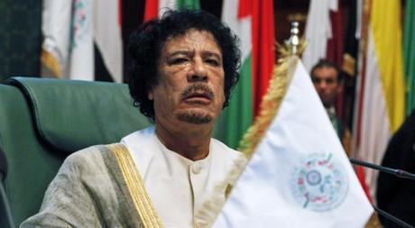 Mouammar Kadhafi assiste au sommet de la Ligue arabe à Syrte, le 9 octobre 2010. REUTERS/Asmaa Waguih
