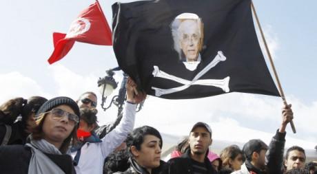 Des Tunisiens manifestent devant le bureau du Premier ministre Ghannouchi, à Tunis, le 25 février 2011. REUTERS/Zoubeir Souissi