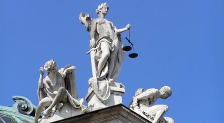 Statue symbolisant la justice sur le toit du Palais de Justice de Munich, Allemagne, via Wikimedia Commons