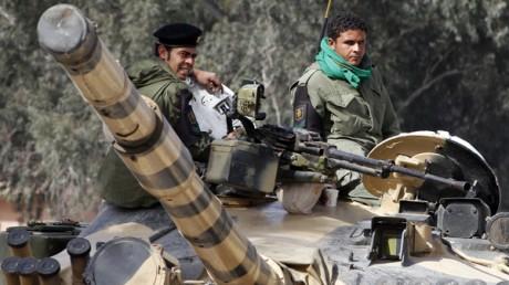 Les blindés de Kadhafi tiennent Tripoli. Reuters/Chris Helgren