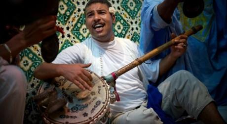 Salah el-Ouergli jouant du gumbri, by Matthieu Hagene © Tous droits réservés