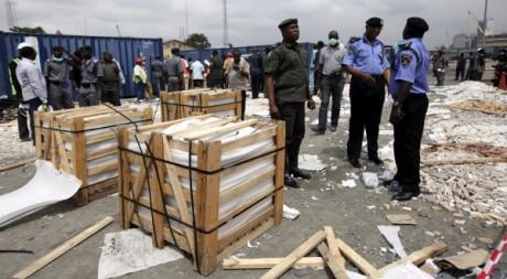 Des caisses saisies dans le port de Lagos, Nigeria, le 27 octobre 2010. REUTERS/Akintunde Akinleye