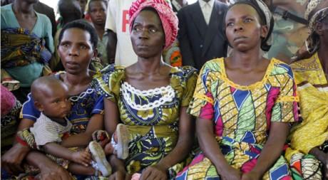Des femmes du camp de déplacés de Katchinga, est de la RDC, écoutent Margot Allstrom, le 3 octobre 2010. REUTERS/Katrina Manson