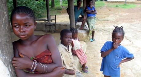 Des enfants à Nyeh, à 45 kilomètres au nord-est de Monrovia, Liberai, le 12 septembre 2003. REUTERS/Luc Gnago
