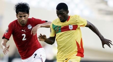 Des joueurs égyptien et béninois disputent un match de la CAN à Benguela, Angola, le 20 janvier 2010. REUTERS/Amr Abdallah Dalsh