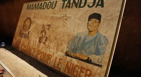 Une pancarte sur le sol, après le coup d'Etat qui a délogé Tandja. Niamey, Niger, le 21 février 2010. REUTERS/Emmanuel Braun