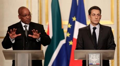 Jacob Zuma et Nicolas Sarkozy à l'Elysée le 2 mars 2011. REUTERS/Jacky Naegelen