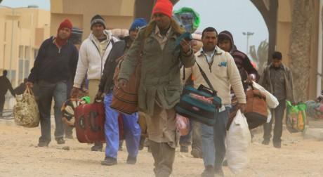 A la frontière tunisienne, des réfugiés arrivent de Libye, le 8 mars 2011. Reuters/Zohra Bensemra
