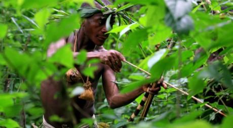 Un Pygmée ougandais chasse le singe dans la région de Bundibugyo, à l'est de Kampala, le 8 août 2006. REUTERS/James Akena
