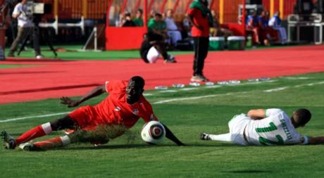 Les joueurs Ali (Soudan) et Youcef (Algérie) disputent la petite finale du Chan à Khartoum, le 25 février 2011. REUTERS/Stringer