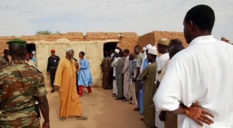Des Nigériens font la queue devant un bureau de vote. ©Le Bénin aujourd'hui