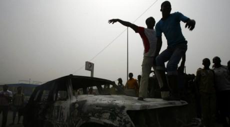 Des étudiants ivoiriens pro-Gbagbo ont incendié une voiture de l'ONU à Abidjan, le 13 janvier 2011. REUTERS/Luc Gnago