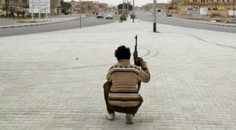Un rebelle à Ajdabiyah, Libye, le 15 mars 2011. REUTERS/Goran Tomasevic