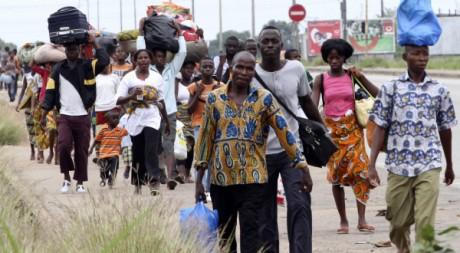 Des résidents du quartier d'Abobo, à Abidjan, fuient les affrontements, le 27 février 2011. REUTERS/Luc Gnago