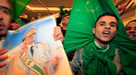 A Tripoli le 18 mars, des partisans de Kadhafi protestent contre la résolution onusienne. Reuters/Zohra Bensemra