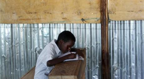 Un réfugié somalien en classe au camp de réfugiés d'Hagadera, Dadaab, Kenya. REUTERS/Sahra Abdi