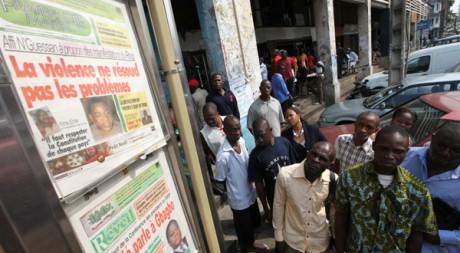 Devant un kiosque à journaux du quartier d'affaires d'Abidjan. Reuters/Luc Gnago