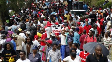 Des Swazis appellent à la démission du gouvernement à Mbabane, la capitale, le 18 mars 2011. REUTERS/Siphiwe Sibeko