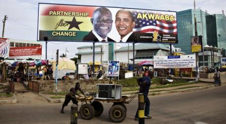 Le président ghanéen John Atta Mills et le président américain Barack Obama sur une affiche à Accra. REUTERS/Finbarr O'Reilly