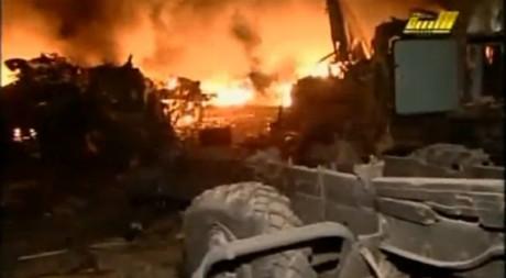 Capture d'écran de la télévision d'Etat libyenne montrant une base militaire visée par des bombardements, le 23 mars au soir
