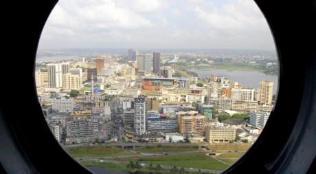 Vue du Plateau, le quartier d'affaires d'Abidjan, depuis un hublot d'hélicoptère. REUTERS/Thierry Gouegnon