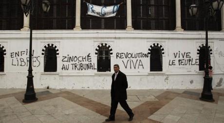 Devant le siège du gouvernement à Tunis, en janvier 2011. Reuters/Finbarr O'Reilly
