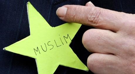 Abderahmane Dahmane montre son étoile verte lors d'une conférence de presse à la Grande Mosquée de Paris REUTERS/Gonzalo Fuentes