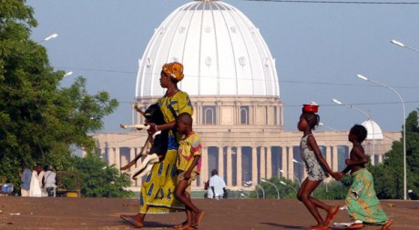 Devant la basilique de Yamoussoukro, uvre magistrale de Flix Houphout-Boigny. Reuters/Luc Gnago