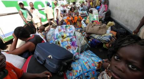 Des étrangers en attente de pouvoir rentrer dans leur pays, à Abidjan le 29 mars 2011. Reuters /Luc Gnago