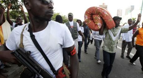 Charles Blé Goudé arrive à Abidjan avec son matelas le 26 mars pour «protéger» Gbagbo. Reuters/Thierry Gouegnon
