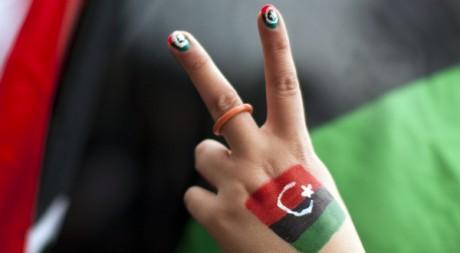 Une Libyenne fait le V de victoire, le 26 février 2011. REUTERS/Valentin Flauraud
