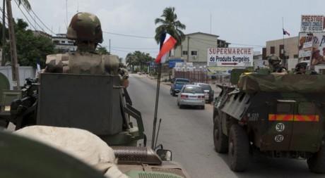 Des véhicules blindés de la Licorne dans Abidjan lundi 4 avril. Reuters/Ho New