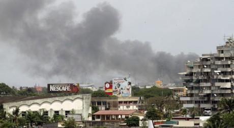 Le centre d'Abidjan sous les tirs croisés, le 1er avril. Reuters/Luc Gnago