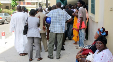 Des gens font la queue devant le consulat de France à Dakar. © Juien Duriez et Renée Greusard, tous droits réservés.