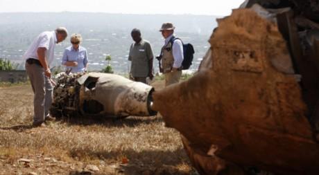 Des enquêteurs français examinent la carcasse de l'avion abattu il y a 17 ans et qui a déclenché le génocide au Rwanda. REUTERS