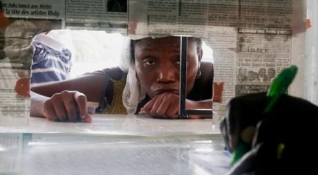 Une femme attendant des secours dans un hôpital d'Abidjan le 8 avril. Reuters/Thierry Gouegnon