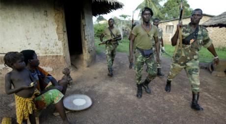 Une patrouille du Front de libération du Grand Ouest à Guiglo, ouest de la Côte d'Ivoire, le 21 mars 2005. REUTERS/Luc Gnago