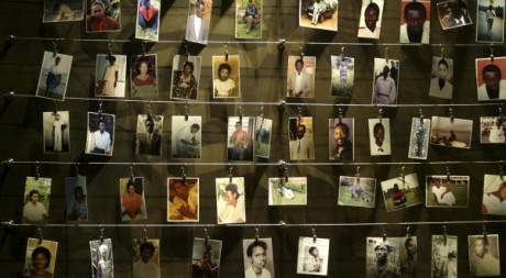 Des photos de Rwandais massacrés lors du génocide de 1994, mémorial de Gisozi à Kigali, le 5 avril 2004. REUTERS/Radu Sigheti