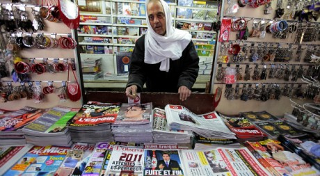 Un kiosque dans le centre de Tunis le 24 janvier 2011. REUTERS/Zohra Bensemra