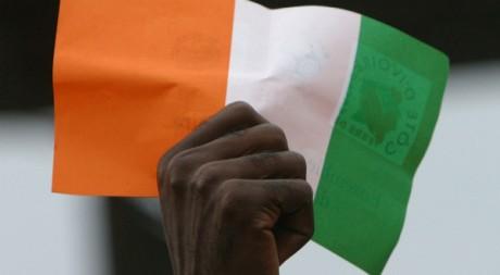 Le drapeau ivoirien brandi à Abidjan. Reuters/Luc Gnago