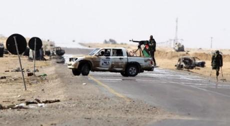Des rebelles libyens à l'entrée ouest d'Ajdbiyah, le 14 avril 2011. REUTERS/Amr Dalsh