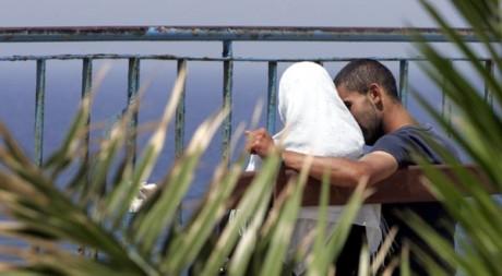 Un couple à Bab El Oued, le 23 mai 2007. REUTERS/Zohra Bensemra