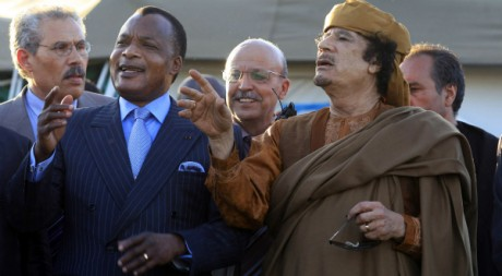 Kadhafi avec Denis Sassou N'Guesso et une délégation de l'Union africaine le 10 avril à Tripoli. Reuters/Zohra Bensemra