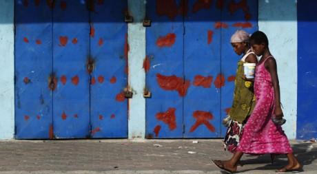 Deux jeunes filles devant les magasins fermés d'Abidjan, le 15 avril. Reuters/Finbarr O'Reilly
