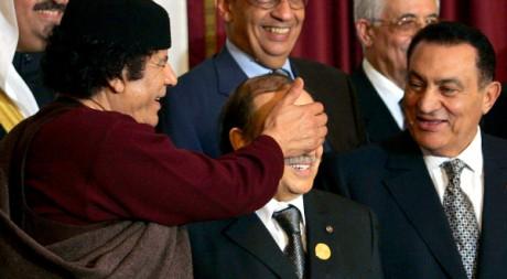 Mouammar Kadhafi s'amuse avec la Ligue arabe lors d'un sommet à Alger. REUTERS/Zohra Bensemra
