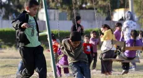 Des enfants dans un square près de Tripoli, le 18 avril 2011. REUTERS/Louafi Larbi