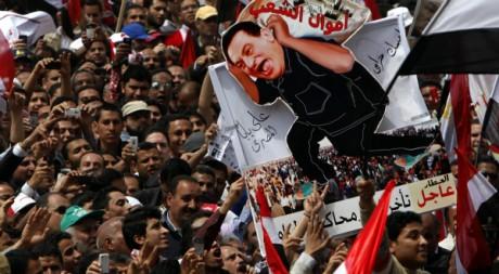 Des manifestants réclament des poursuites à l'encontre d'Hosni Moubarak, le 8 avril 2011, Place Tahrir. REUTERS/Asmaa Waguih