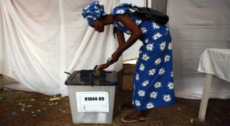 Une femme glisse son bulletin dans l'urne à l'occasion de la présidentielle au Rwanda, le 9 août 2010. REUTERS/Finbarr O'Reilly