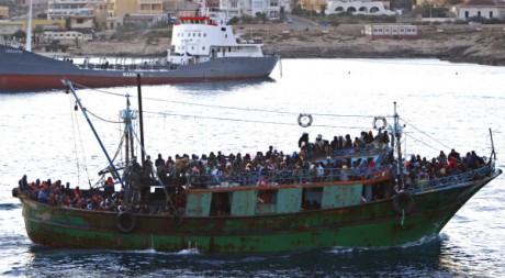 Un bateau d'émigrés tunisiens arrive à Lampedusa, Italie, le 8 avril 2011. REUTERS/STRINGER Italy
