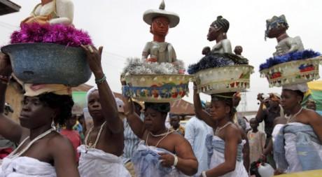 Des femmes portant des statues d'Osun au festival en l'honneur d'Osogbo, au Nigeria. REUTERS/Akintunde Akinleye